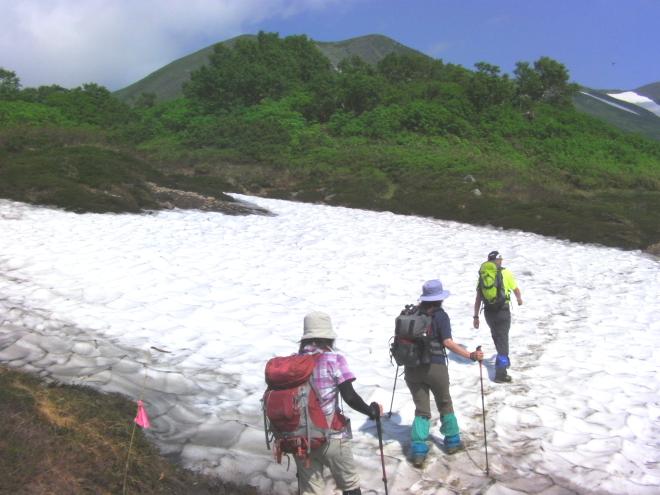 登山 残雪を歩く