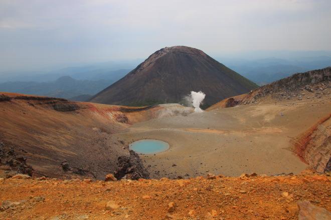 阿寒富士と赤茶色の台地との対比が美しい青沼を見ながら、ポンマチネシリ火口