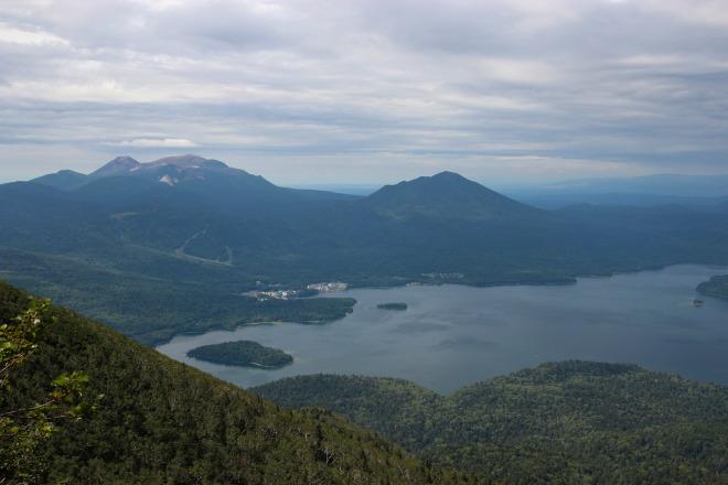 阿寒湖と雌阿寒岳