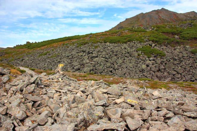 スレート石と巨石の向こうにトムラウシ山の山頂が見える