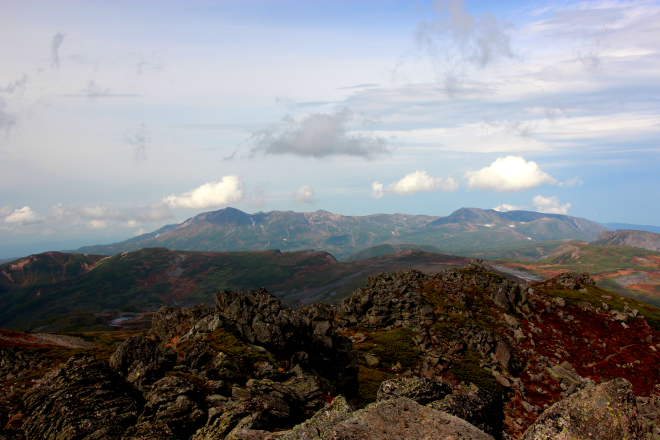 トムラウシ山より旭岳と白雲岳