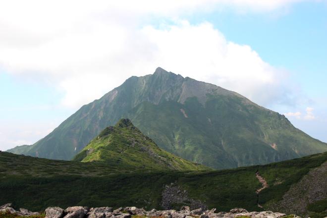前天狗から見た天狗岳(手前)とニペソツ山
