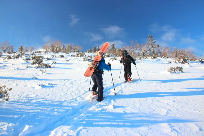 急斜面をスノーシューで登る