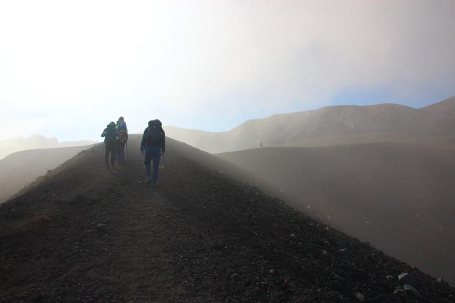 十勝岳 すり鉢火口の縁を歩く